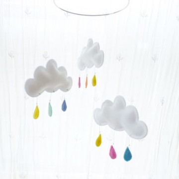 Mobile 3 nuages gouttes multicolore